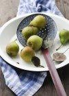 Pere con foglie e gocce d'acqua — Foto stock