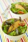 Foglie di insalata con tonno fritto — Foto stock