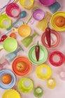 Миски пластмассовые с мандаринами и перец — стоковое фото
