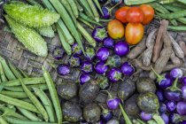 Fresh vegetables at a market on top of wooden crate — Stock Photo