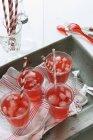 Limonada roja con cubitos de hielo - foto de stock
