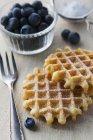 Cialde con zucchero a velo e mirtilli freschi — Foto stock