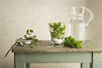 Інгредієнти для м'ятний чай на дерев'яний стіл — стокове фото