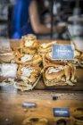 Vista del primo piano di panini alla cannella con etichetta al mercato — Foto stock