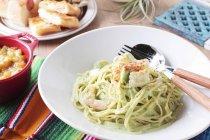 Pasta spaghetti con gamberetti — Foto stock