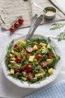 Салат з манго і авокадо — стокове фото