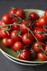 Pomodori di ciliegia rossi sulla vite — Foto stock