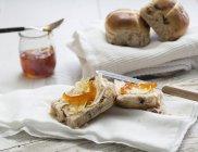 Крупним планом подання булочки гарячої хрест з маслом і мармелад — стокове фото