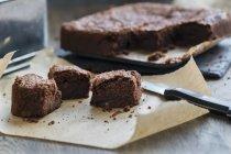 Brownies al cioccolato su carta — Foto stock