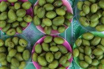 Olive verdi grezzi in ciotole — Foto stock