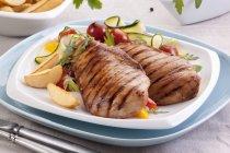Petti di pollo alla griglia con insalata di verdure — Foto stock