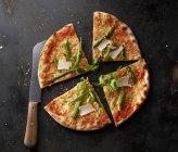 Pizza Margherita con asparagi — Foto stock