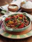 Cinque fagioli peperoncino in ciotola colorata sulla piastra con forcella — Foto stock