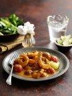 Curry di gamberetti indiano meridionale sulla banda nera con forcella — Foto stock