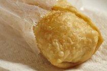 Vue d'un rouleau frit dans un sac en papier — Photo de stock