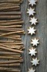 Bastoncini di cannella e stelle alla cannella — Foto stock