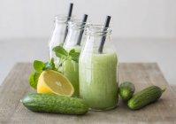 Холодный огуречный суп с лимоном и мятой — стоковое фото