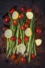 Asparagus with lemon slices - foto de stock