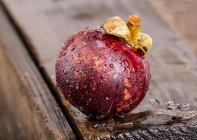 Mangostán entero con gotas de agua - foto de stock