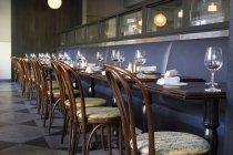 Eine lange Reihe von Tabellen in einem Restaurant gelegt — Stockfoto