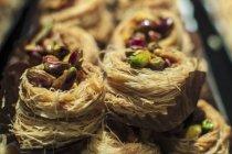 Vista del primo piano dei nidi arabo baklava con i pistacchi — Foto stock