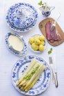 Asparagi con salsa olandese — Foto stock