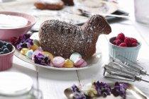 Запеченный Пасхальный ягненок с безе точек — стоковое фото