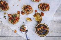 Bruschetta con pomodori, basilico e aglio su carta con ciotola — Foto stock