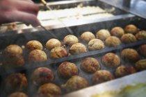 Mano organización Takoyaki pulpo bolas en bandeja de cocina - foto de stock