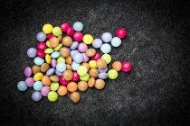 Primo piano vista dall'alto di fagioli di cioccolato colorati — Foto stock
