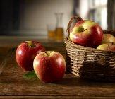 Mele rosse in cesto — Foto stock