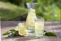 Succo di sambuco con limoni — Foto stock