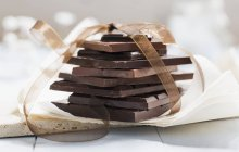 Bars of chocolate tied with ribbon — Stock Photo