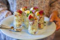 Titular de ensaladas de papas con salami - foto de stock