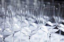 Vue rapprochée des dessus des verres à vin — Photo de stock