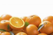 Arance fresche con foglie — Foto stock
