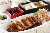 Costine di maiale con insalata e riso — Foto stock