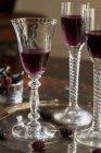 Vista del primo piano del liquore di gelso in tre bicchieri a calice su un vassoio — Foto stock