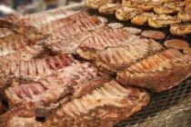 Hamburgers, poulet et côtes levées de porc — Photo de stock