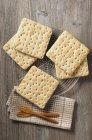 Хрустящие хлебцы на решетку — стоковое фото