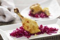 Coscia di pollo con cavolo rosso — Foto stock
