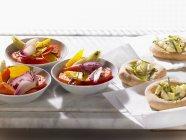 Focaccia con mozzarella, ensalada de vegetales - foto de stock