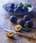 Prugne fresche in ciotola — Foto stock