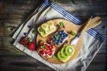 Bocadillos de fruta abierta - foto de stock