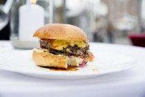 Cheeseburger su con morso eliminato — Foto stock