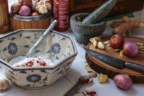 Імбир та лук у мисці — стокове фото