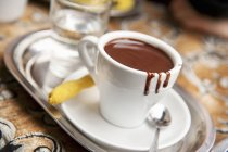 Чашка гарячого шоколаду з печиво — стокове фото