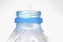 Vista de perto da parte superior molhada da garrafa de plástico — Fotografia de Stock