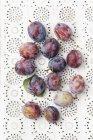 Ciruelas frescas maduras - foto de stock