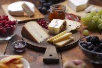 Käseplatte mit Obst — Stockfoto